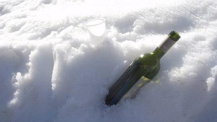 Прием алкоголя в мороз опасен.