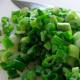 Салат из зеленого лука с соленым огурцом.