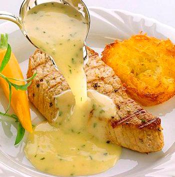 стейк из лосося под соусом