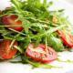 Салат с руколой и помидорами.