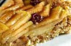 Десерт из яблок, грецких орехов и молотой гвоздики.
