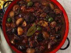 Тушеная говядина с оливками и белым вином