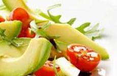 Салаты из авокадо с овощами.