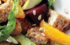 Салат с апельсином и свеклой поднимет настроение в хмурый день.