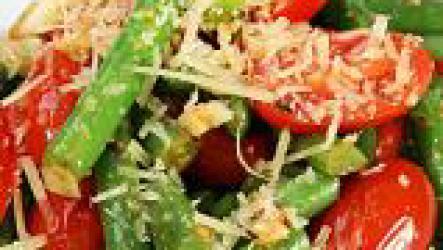 Салат из стручковой фасоли с пряными травами.