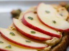 Бутерброд с яблоками на завтрак
