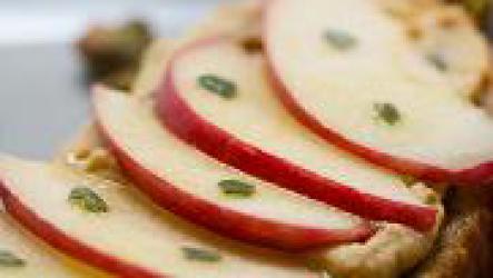 Бутерброд с яблоками на завтрак.