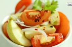 Салат с яблоками и помидорами.