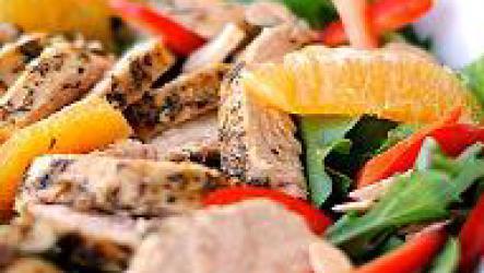 Вкусный салат с курицей и апельсинами удивляет гостей.