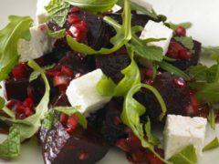 Зимний салат с гранатом и свеклой