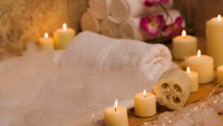 Расслабляющая ванна с маслом лаванды и английской солью.