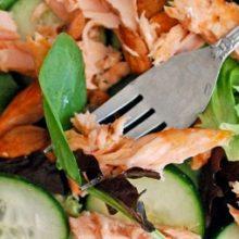 Освежающий легкий салат с копченым лососем не испортит фигуру