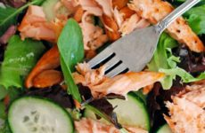 Освежающий легкий салат с копченым лососем не испортит фигуру.