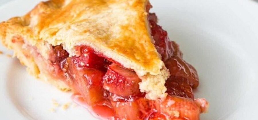 Пирог с ревенем и клубникой из слоеного теста— успейте полакомиться этим летом