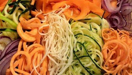 Лапша из овощей против макарон из пшеницы. Радуга на тарелке за 30 минут.