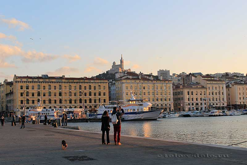 туристы в старом порту Марселя