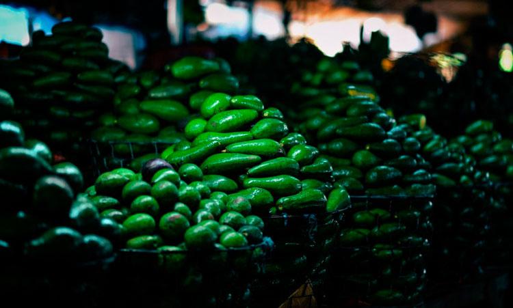 авокадо на рынке